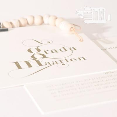 Letterpress trouwkaart sierlijk goud