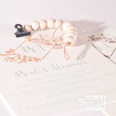 Letterpress trouwkaart met folie bloemen